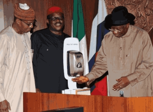 President GEJ, Gov. Fashola, Sambo use hand sanitizer during meeting on Ebola